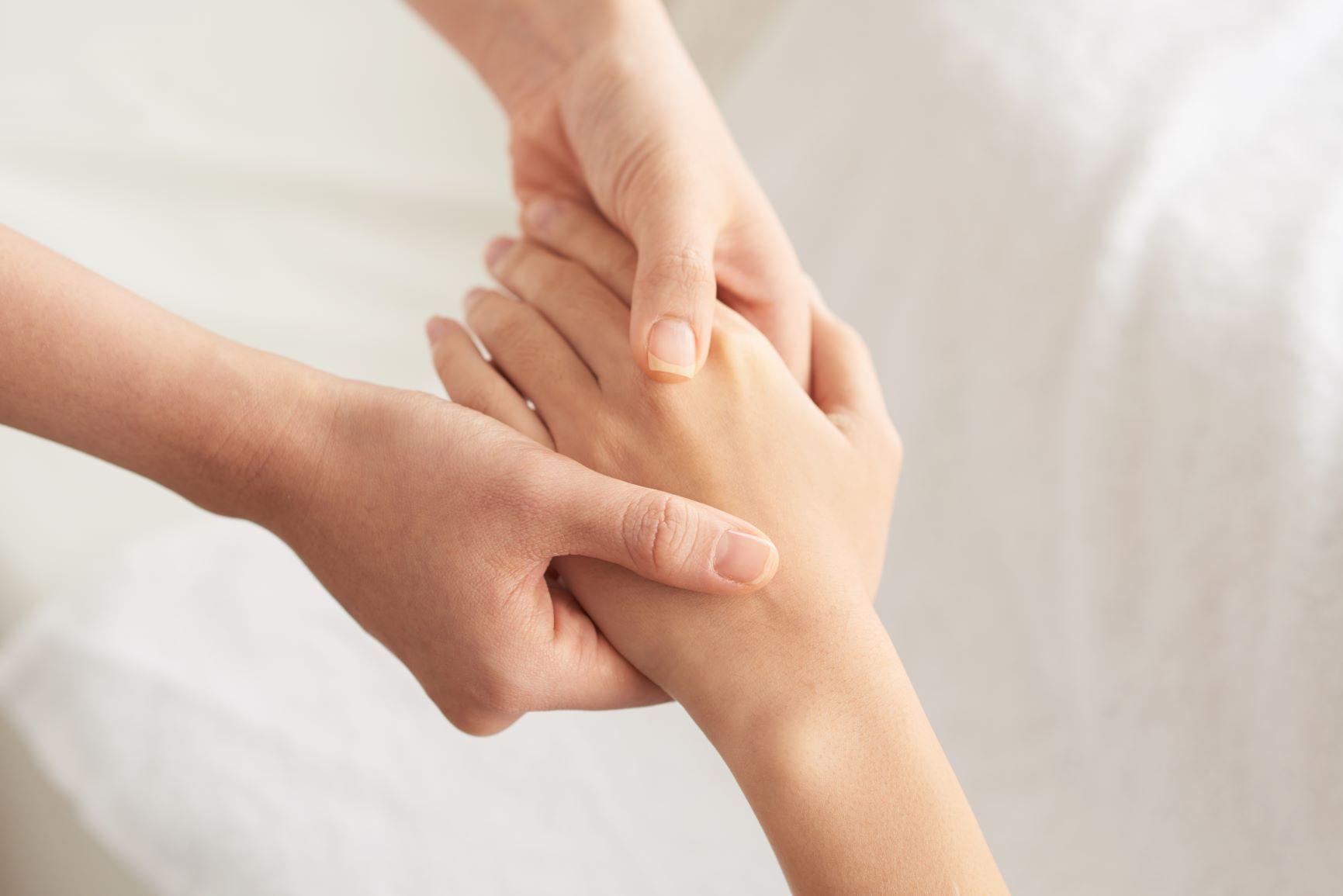 valutab ja klopsab sorme liigese Valu kuunarnuki liigeses hommikul